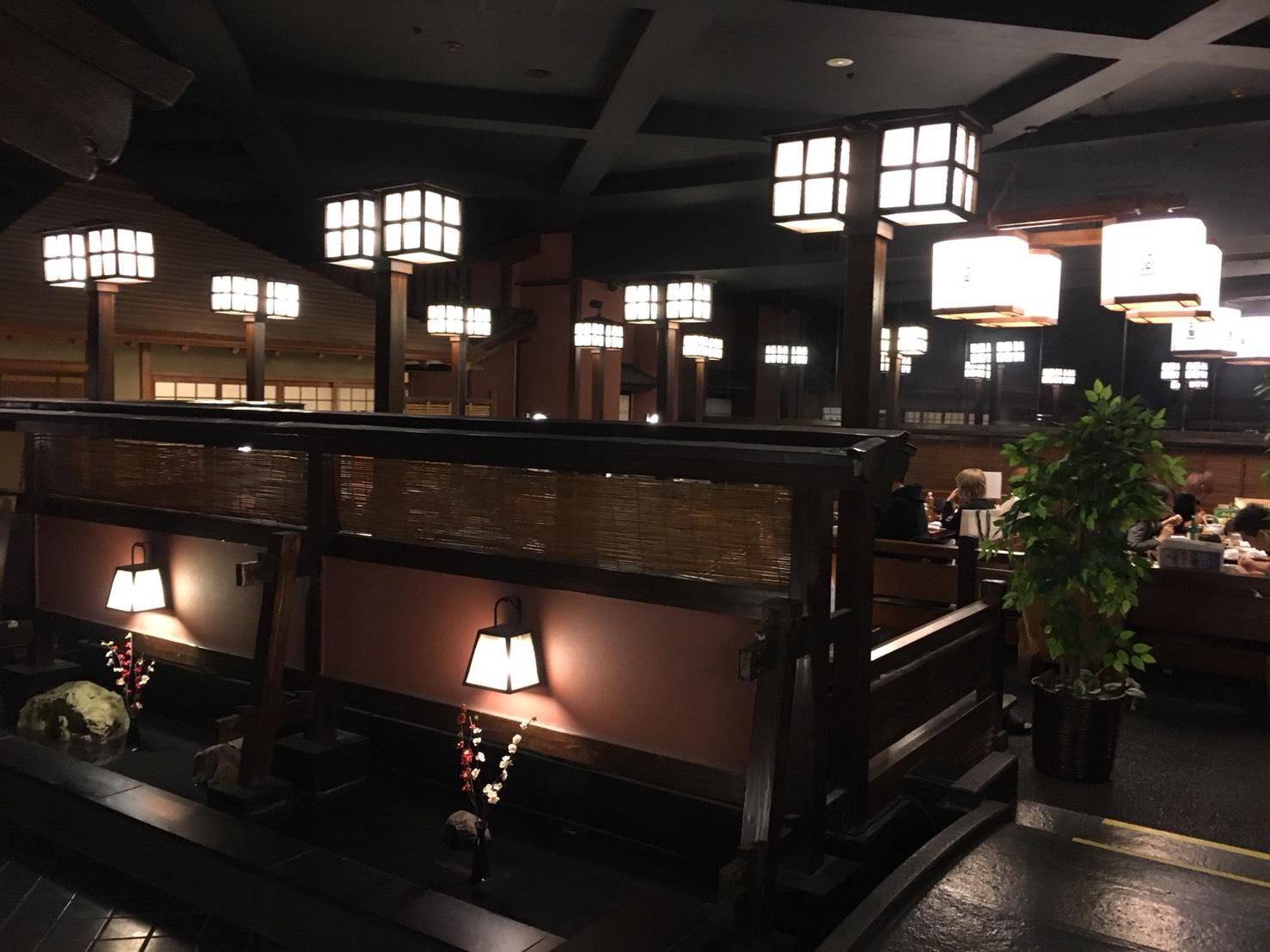 【新宿駅】贅の極み!蟹ざんまいで蟹に溺れる贅沢体験!豪華絢爛な「かに道楽」の店内1