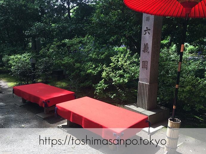 【駒込駅】和歌山市を模した江戸時代の庭園「六義園」で涼をとろうの六義園の入り口すぐのベンチ