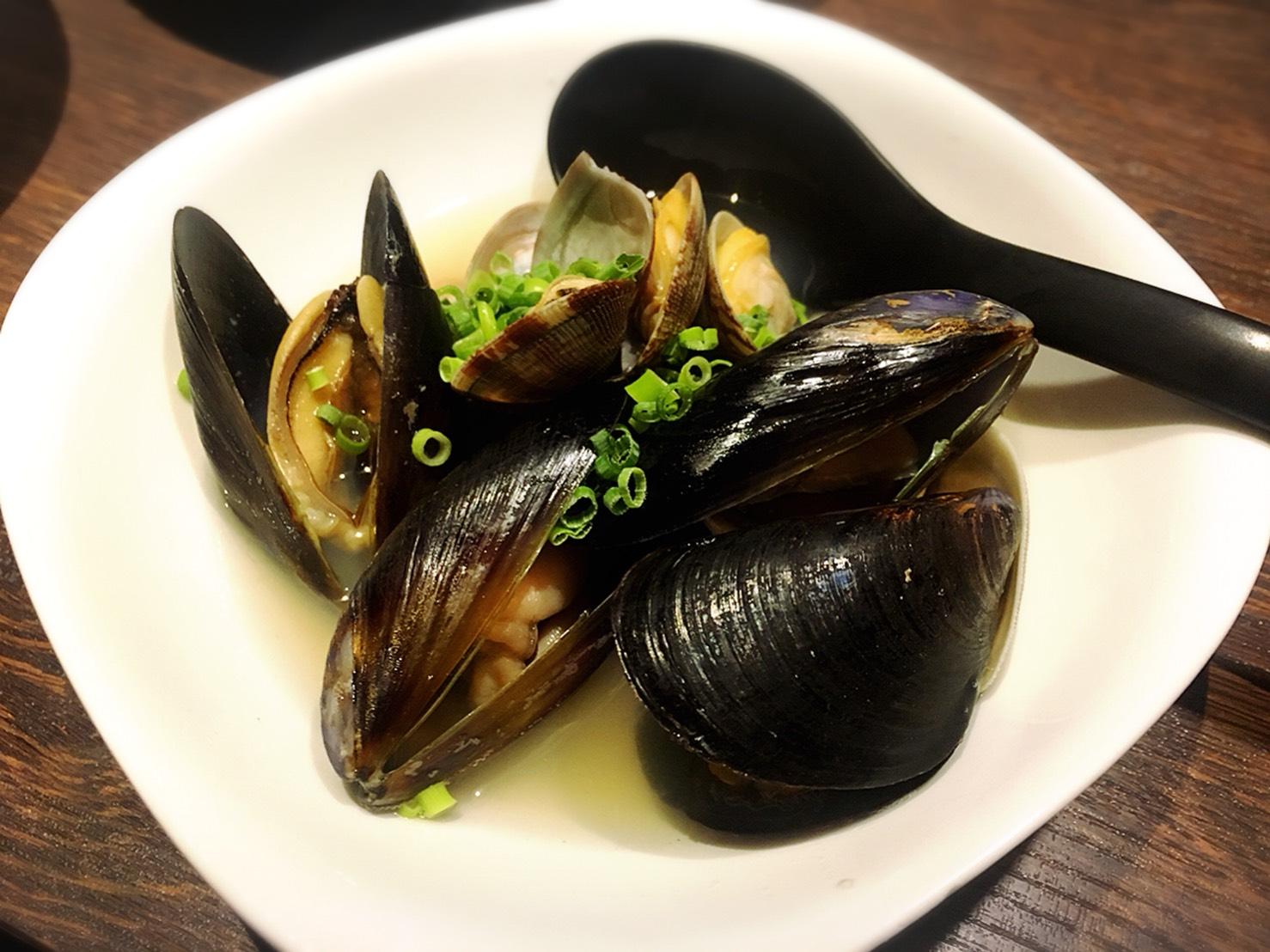 【池袋駅】いくらこぼれ丼を求めて「北海道知床漁場」のあさりとムール貝の酒蒸し