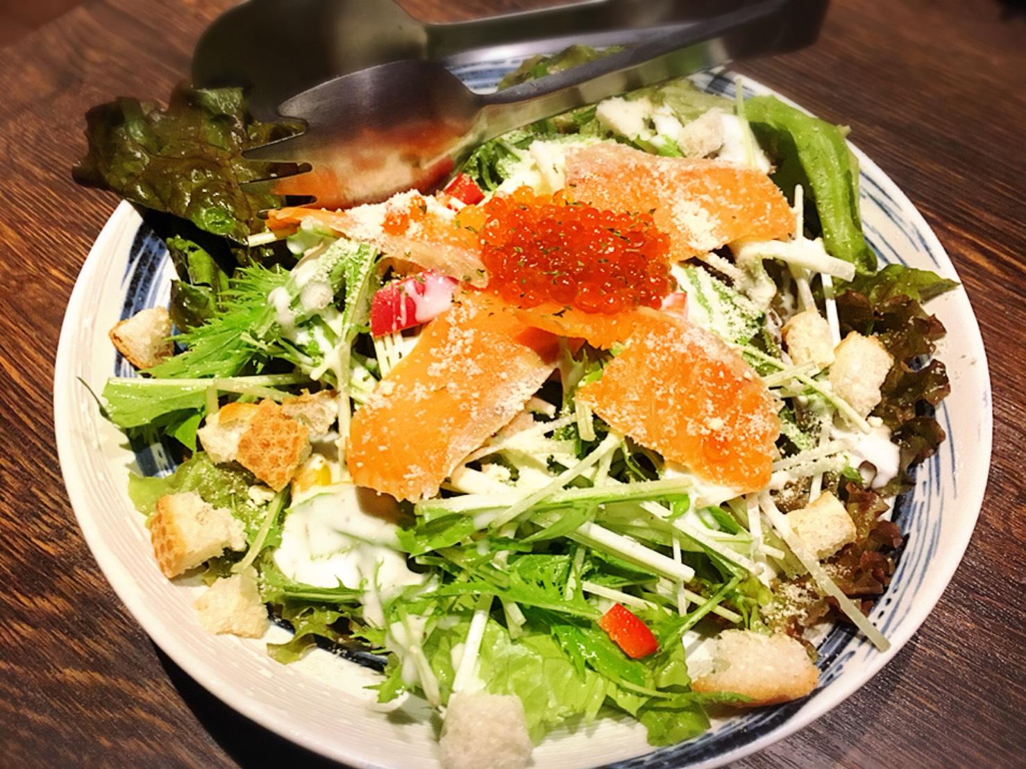 【池袋駅】いくらこぼれ丼を求めて「北海道知床漁場」のサラダ