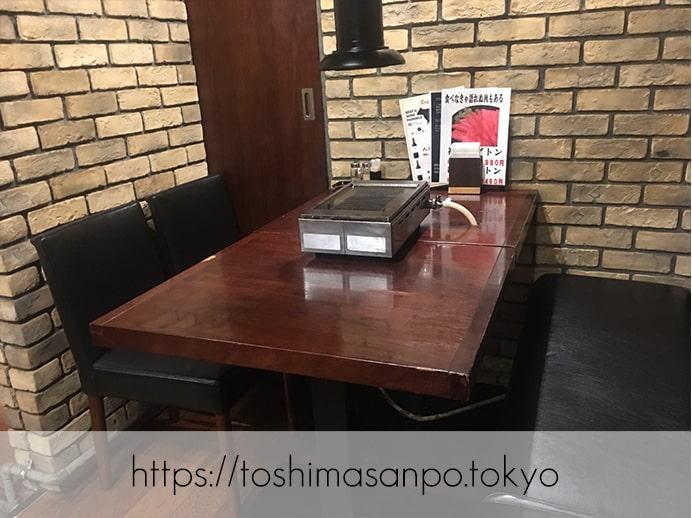【池袋駅】最強クラスの焼肉発見!やみつき間違いなしの「和牛焼肉バルKURAMOTOクラモト」の店内(テーブル)