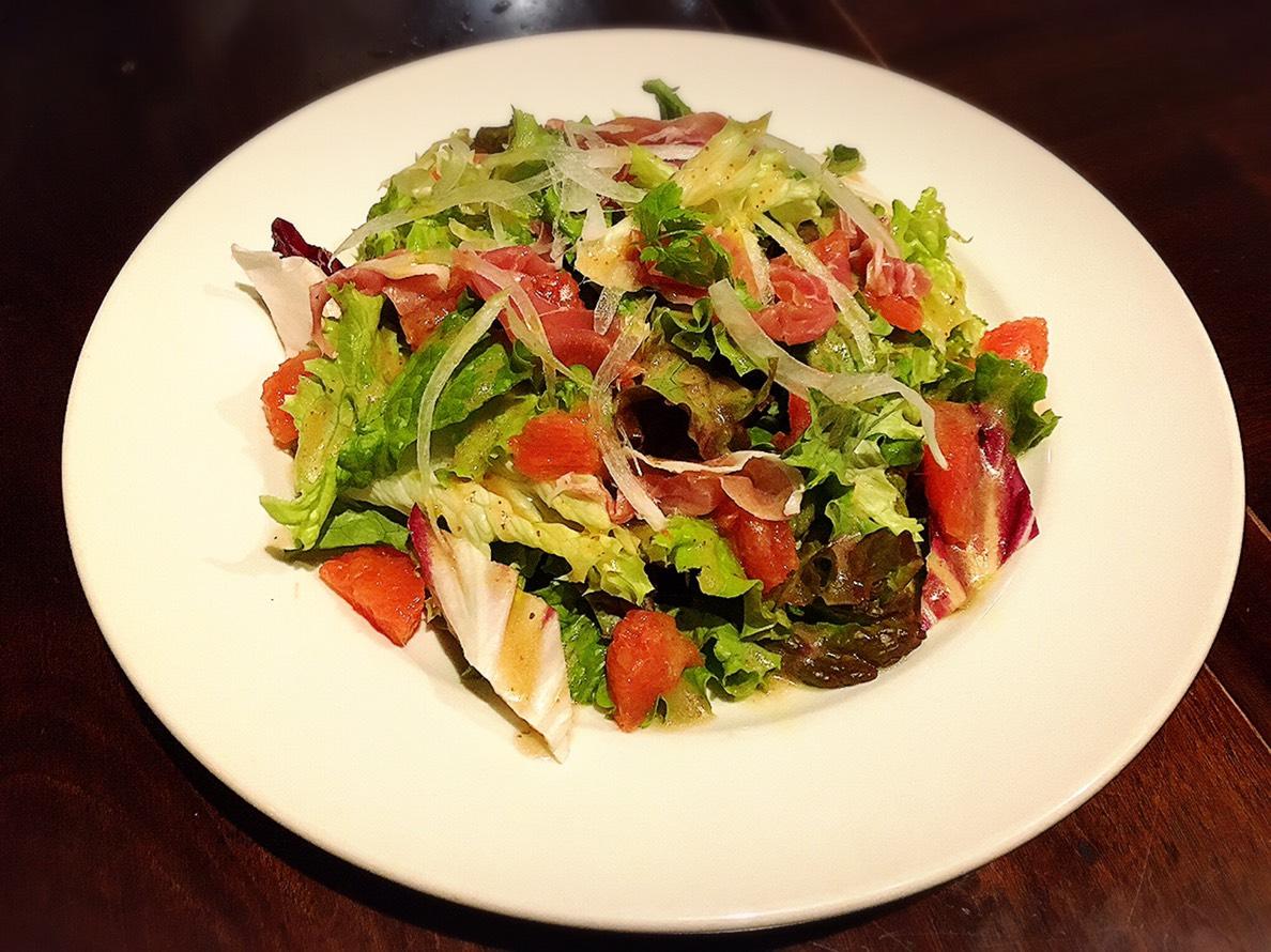 【池袋駅】いい感じのクセが後を引く「nobu」のイタリアンが愛情深い!の生ハムとグレープフルーツのサラダ