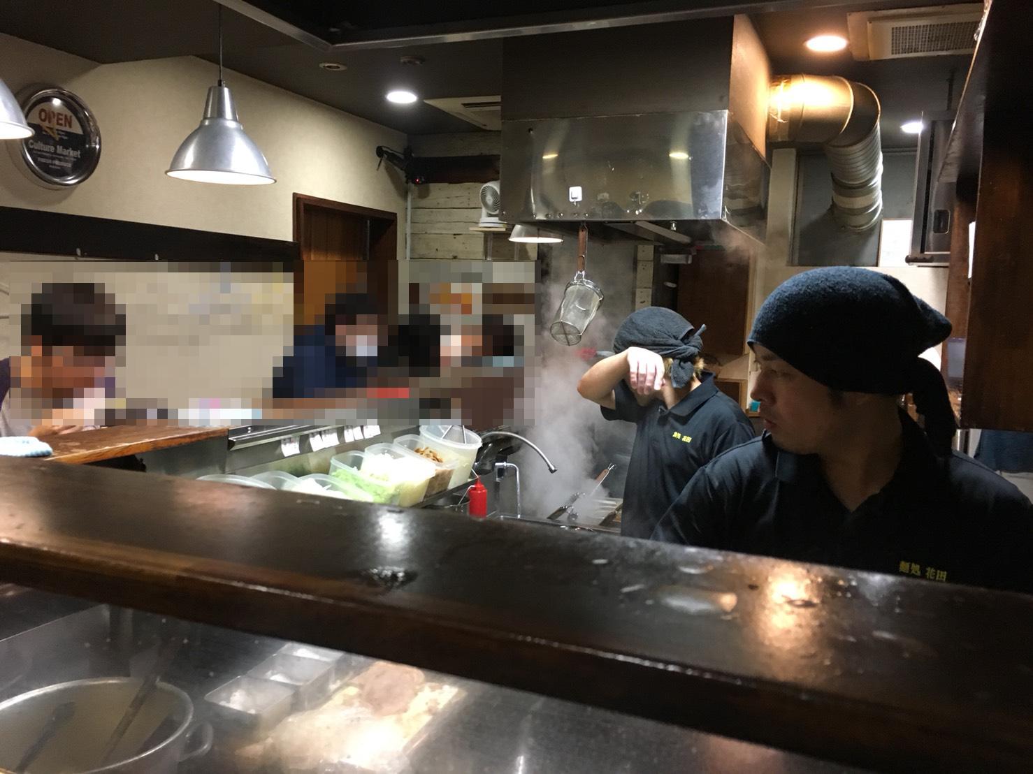 【池袋駅】常に行列!マッチョな味噌ラーメン「麺処 花田池袋店」の店内