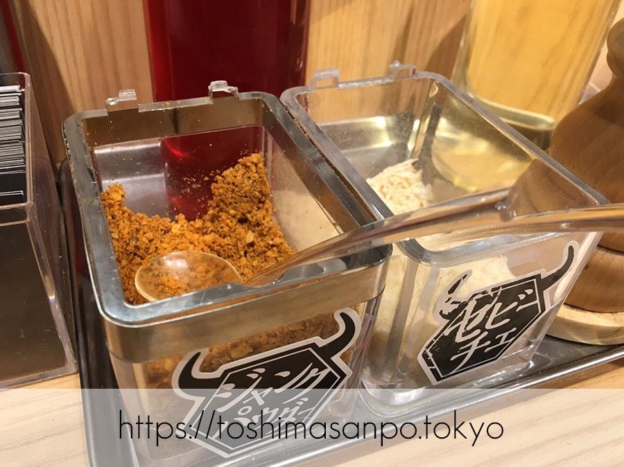 【池袋駅】肉がメイン!新感覚のローストビーフ油そば「ビースト 東池袋店」のテーブル調味料