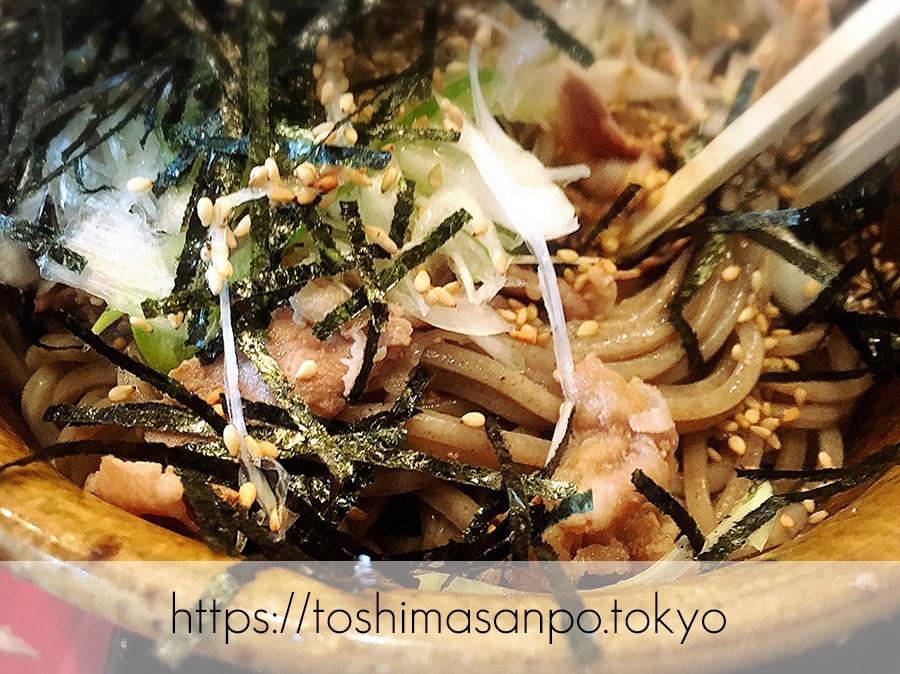 【池袋駅】なぜ蕎麦にラー油を入れるのか。理由はたぶん美味しいから。「壬生」の肉そば初めまして!の肉そばのアップ1